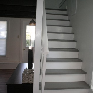 HD TV / Stairs to Loft